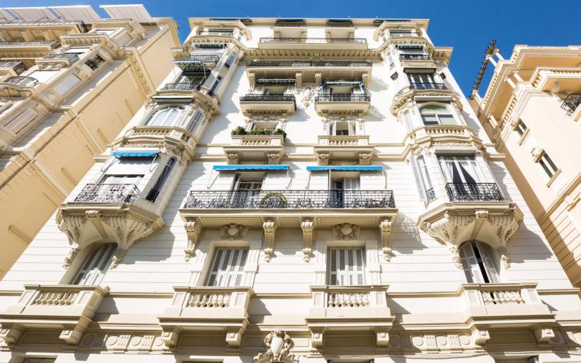 RARE : PENTHOUSE DANS UN IMMEUBLE BOURGEOIS – Monaco Monte-Carlo