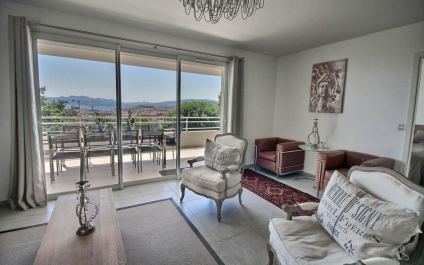 Toit-terrasse avec vue mer et piscine – Cannes Californie