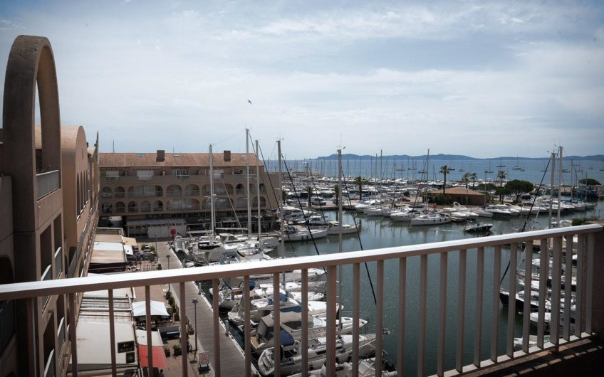 Penthouse with large roof with views of the marina and the sea – Port d'Hyères