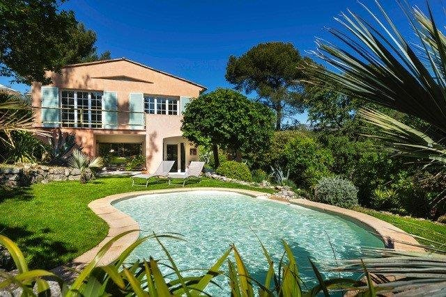 Villa néo-provençale au calme absolu avec piscine et vues sur les collines – Roquefort-les-Pins