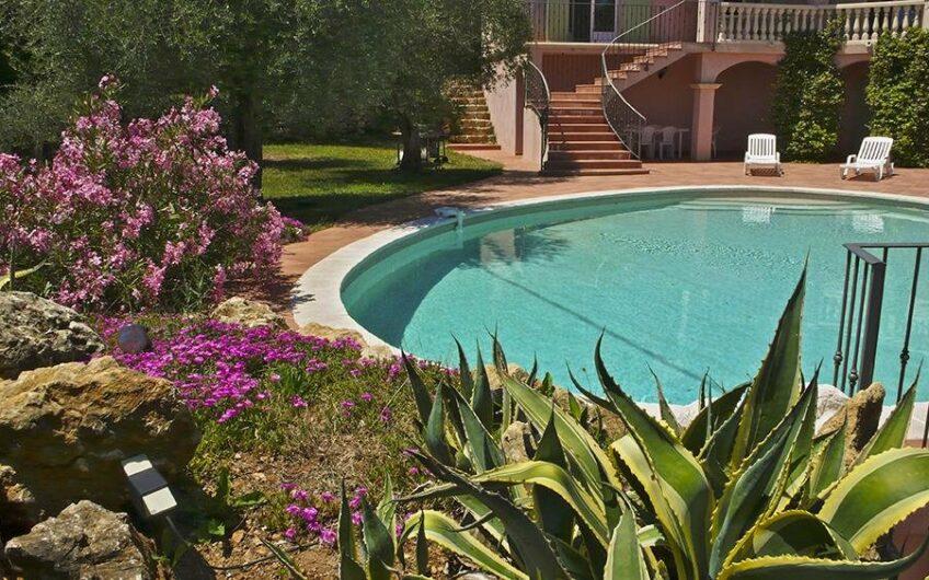 Belle villa néo-provençale de standing dans un cadre verdoyant avec vue dégagée – Saint-Cézaire-sur-Siagne
