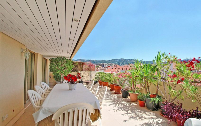 Large last floor apartment in the city center – Cannes