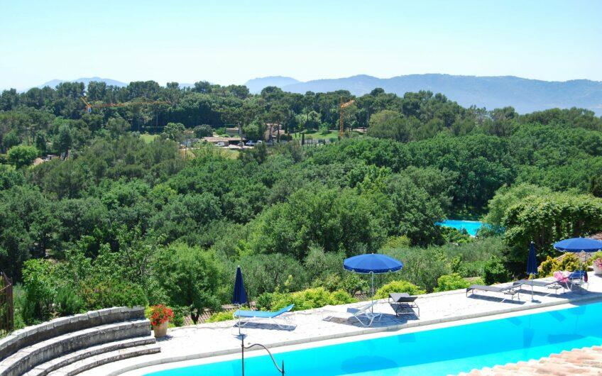 "Flott villa beliggende i et luksuriøst domene i ""Castellaras-le-Neuf"". Mouans Sartoux"