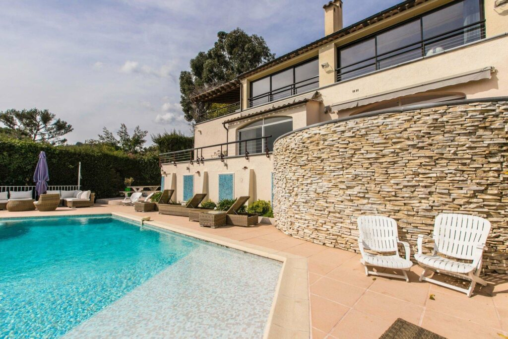 backyard of luxur holiday property in mougins with large infinity pool overlooking the riviera