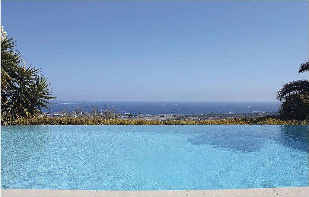 infinity pool looking over the south of france with ocean view in cannes mougins
