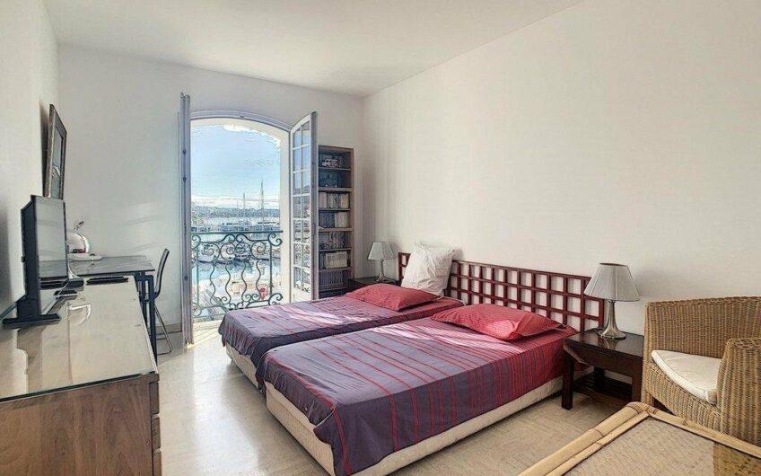 Très bel appartement au dernier étage avec vue mer – Cannes Vieux Port