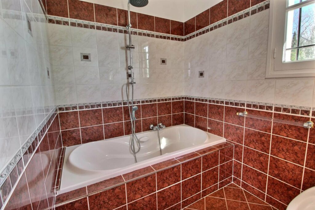 bathroom with bathtub with red tile in grasse villa