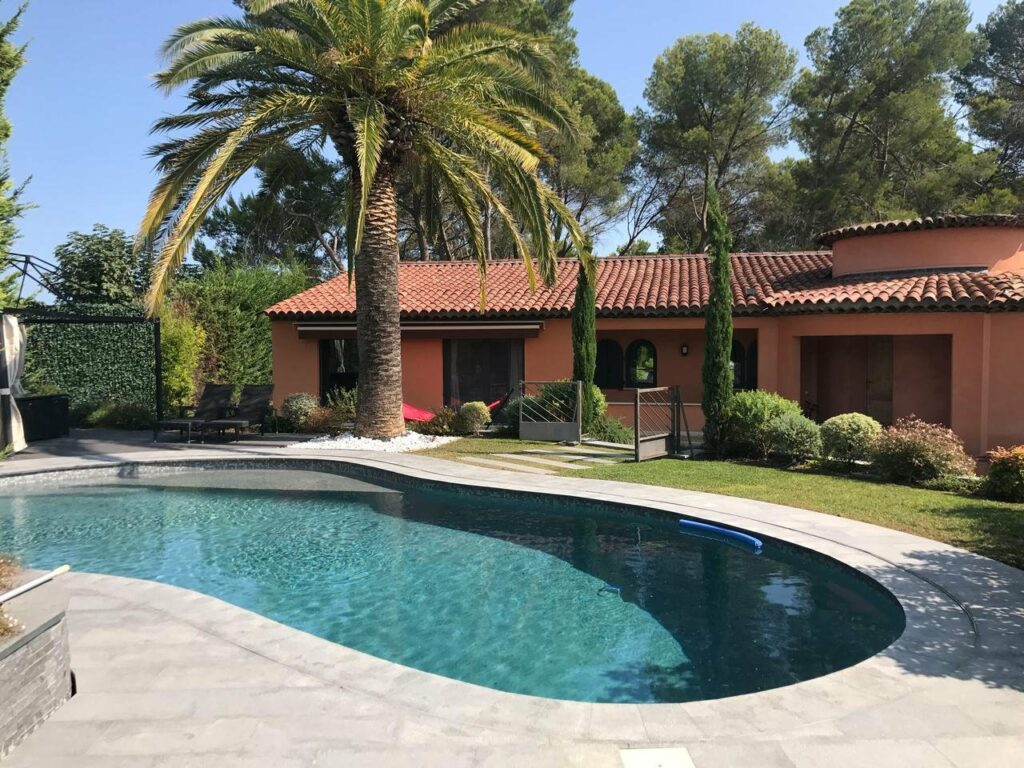 private provencal villa in mougins backyard with pool and green garden