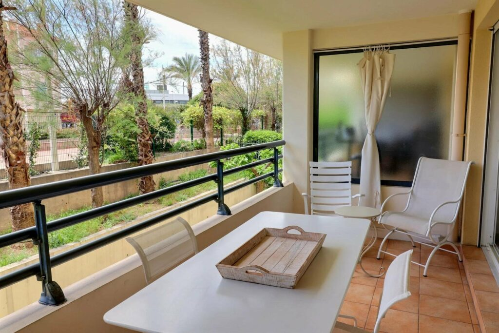terrace view of garden with table south of france properties