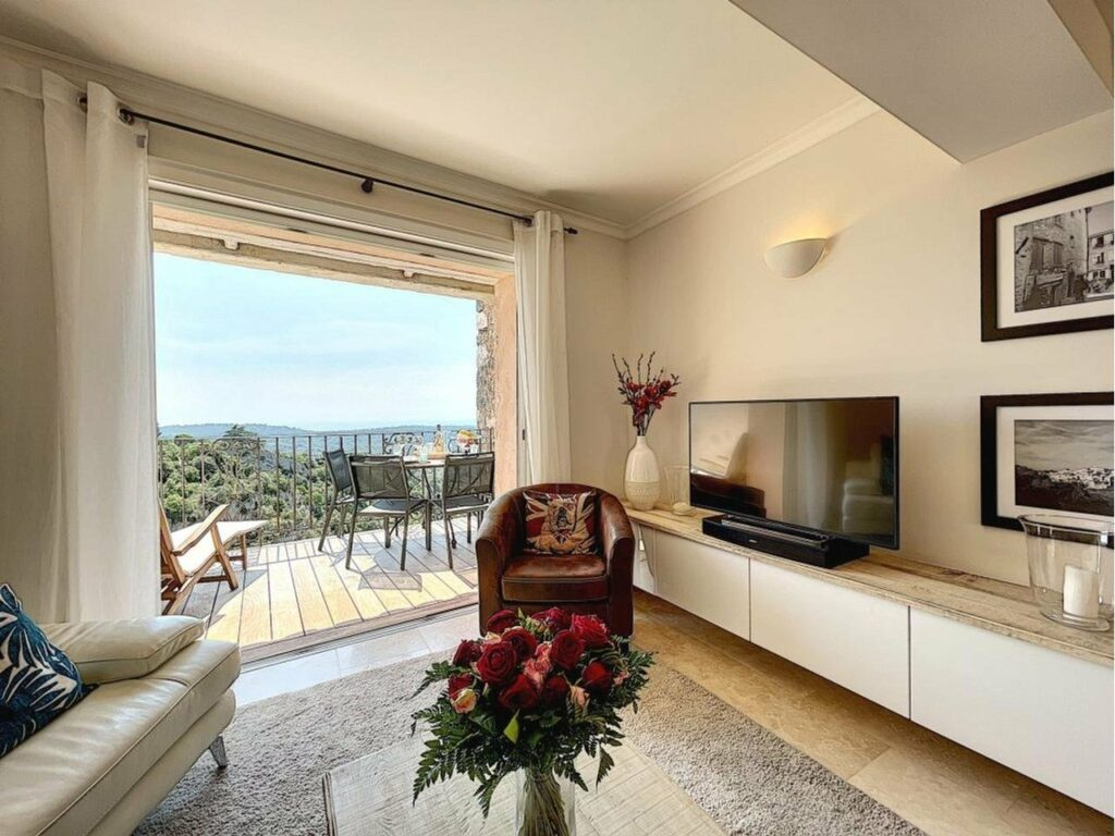bright living room with access to terrace sea view
