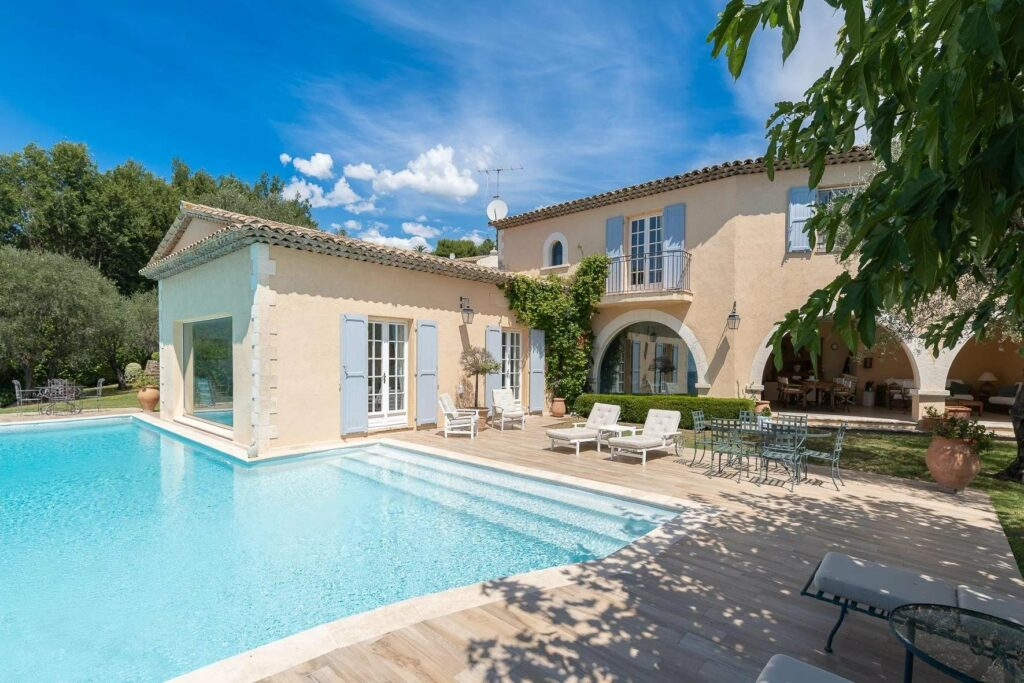 villa in south france with large pool