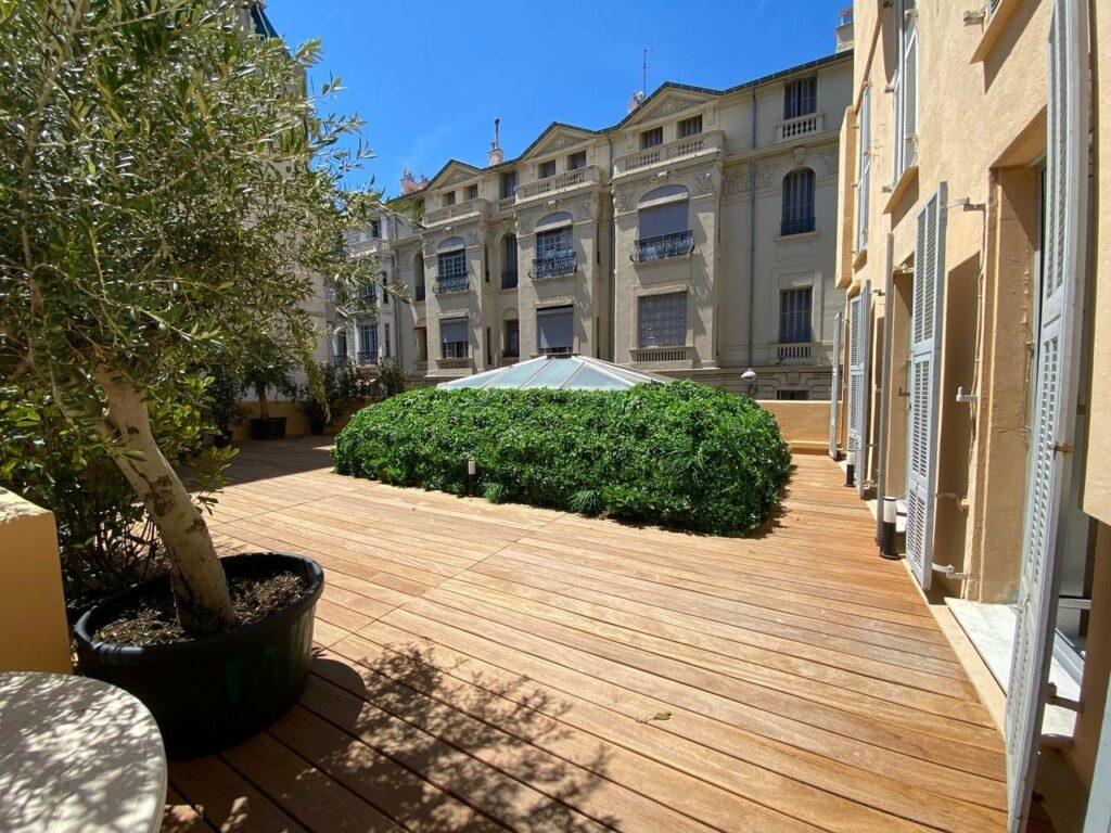 Entirely renovated 2-bedroom apartment with a terrace of 100m² Nice Carré d'Orace of 100m²