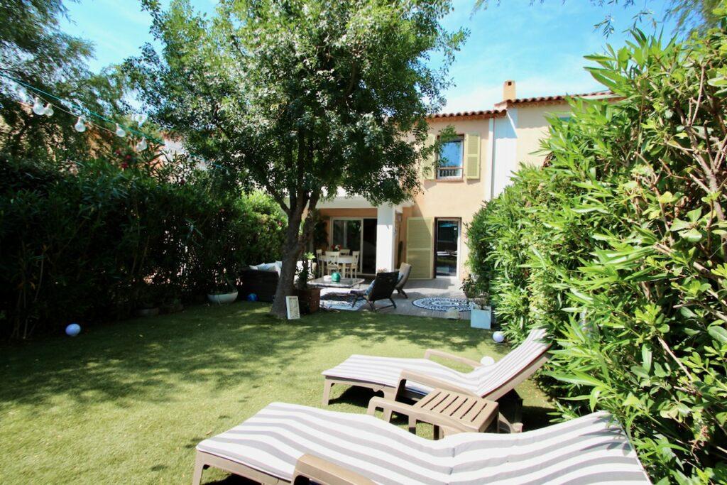 backyard of house in Roquebrune-sur-Argens with green garden
