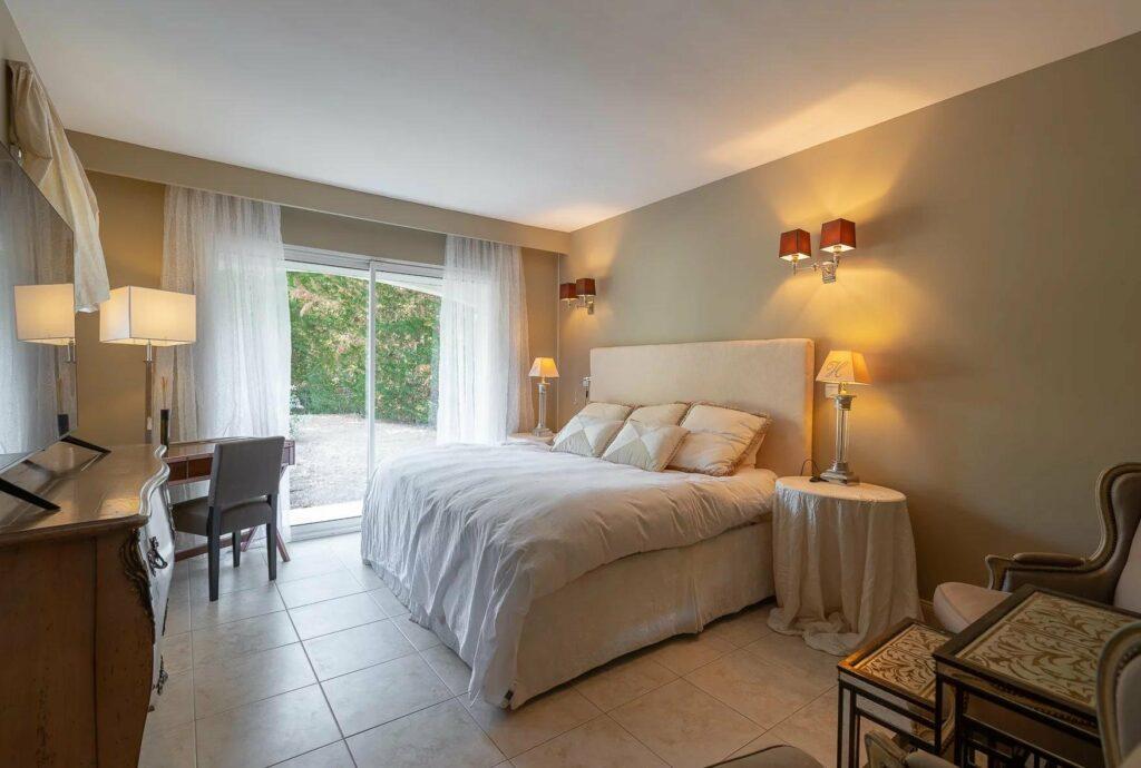 bedroom with balcony at draguignan villa