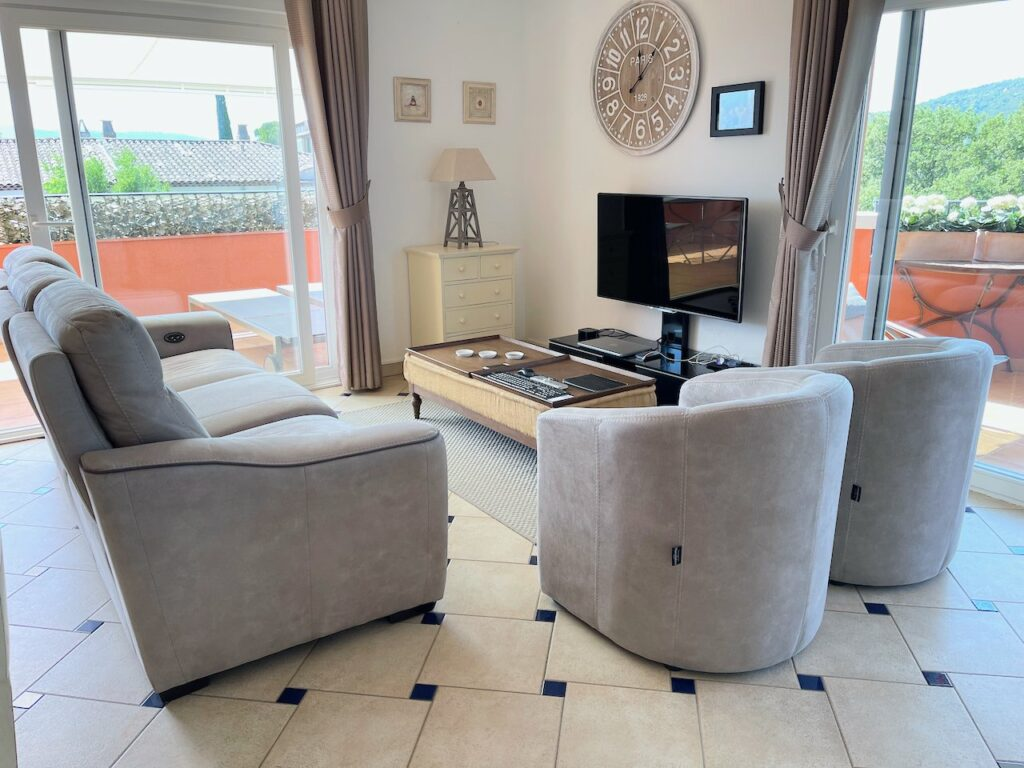 living room with television at roquebrune penthousee