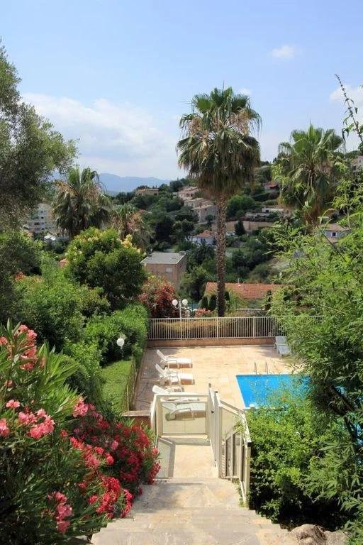 backyard of apartment in cannes