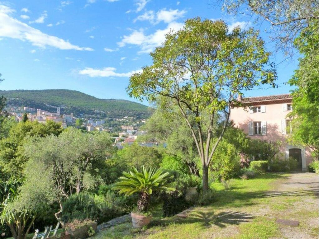 garden of house for sale in south france