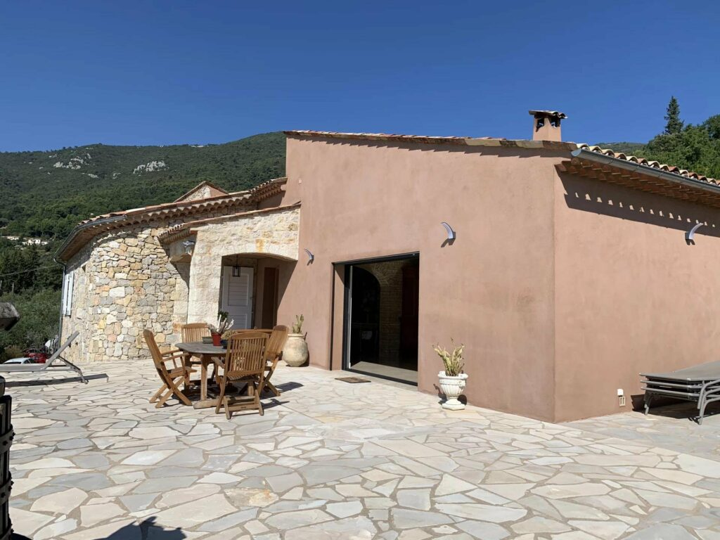 villa in seillans with pink tone walls and stone floors