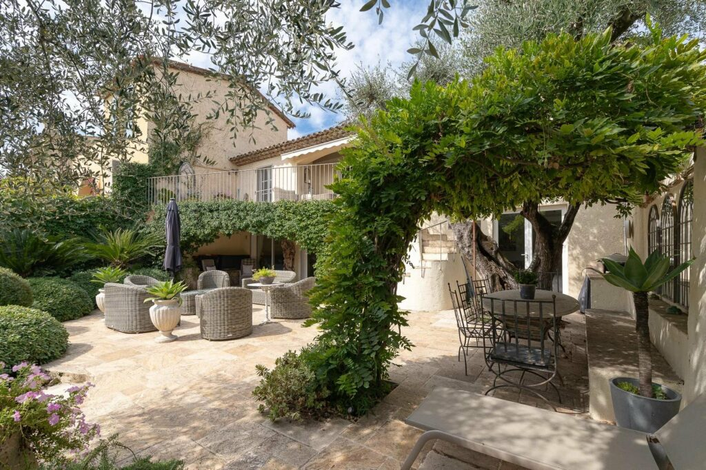 villa for sale in Mouans Sartoux with large garden